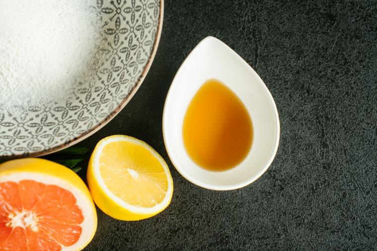 Tofu in padella, foto di ingredienti accanto ad un piatto, mezzo limone e olio di sesamo