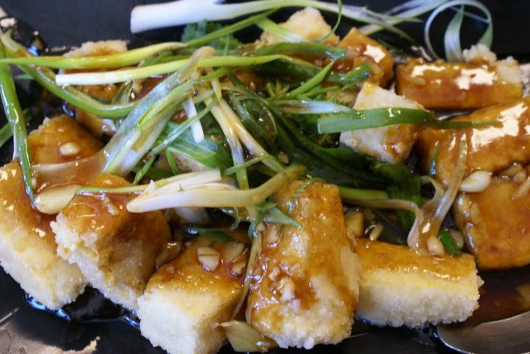 ricetta a base di tofu con delle verdure tagliate sottili, piatto sano e gustoso