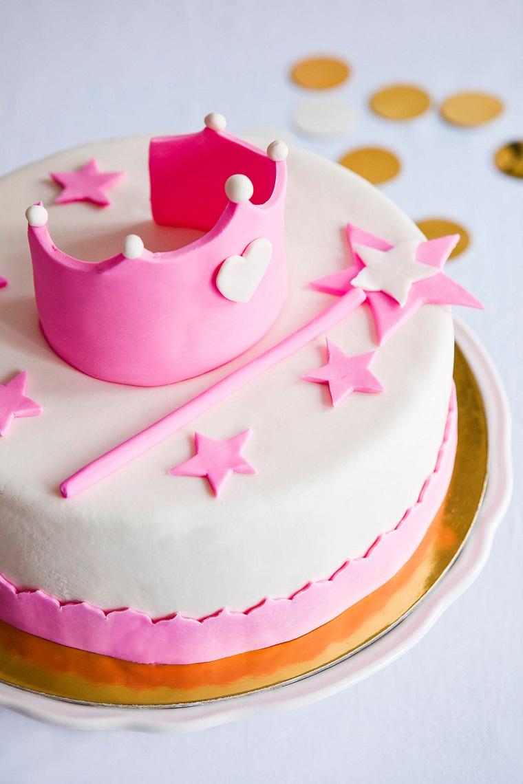 Torte di compleanno facili da fare in casa, forma rotonda decorata con corona e bacchetta magica