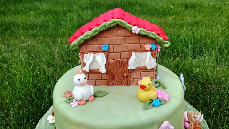 Idea per delle torte bellissime, decorazione con una casetta di pasta di zucchero e galline