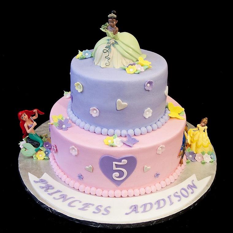 Idea torta compleanno bimba, decorazione con le principesse della Disney, figurine di plastica