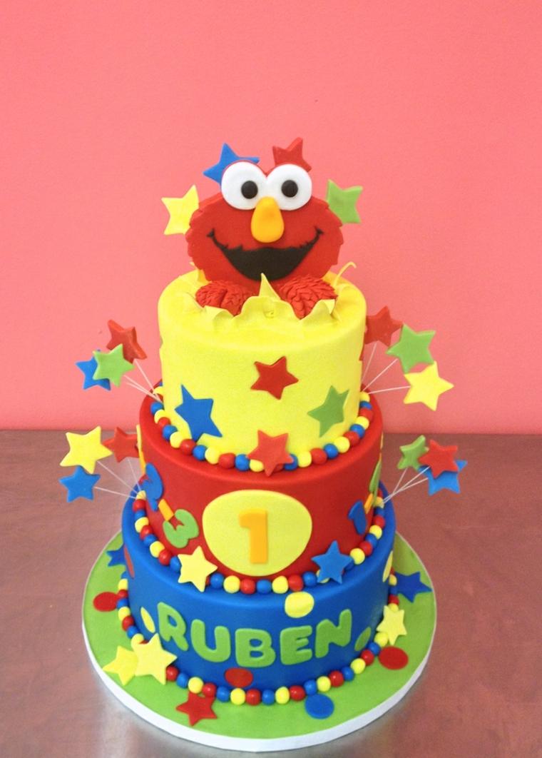 Decorazione torta di compleanno con la faccia di Elmo e stelle su stecchini di legno