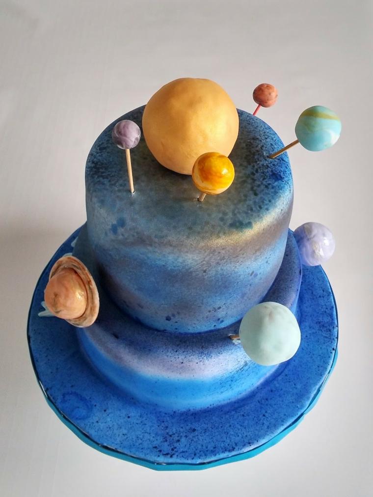 Torte semplici e gustose per maschietti, a due piani decorata con pianeti