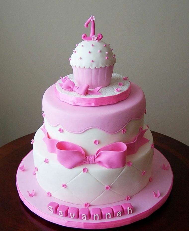 Idea decorazione torta bimba di un anno con muffin e fiocco rosa, il nome Savannah sulla base