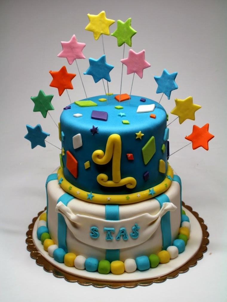 Foto torte compleanno, idea per una a due piani e decorata con stelline su dei stecchini