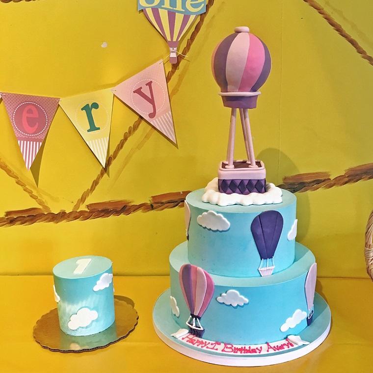 Idea decorazione dolce, torta compleanno bimba, decorazione mongolfiera e scritta Happy Birthday