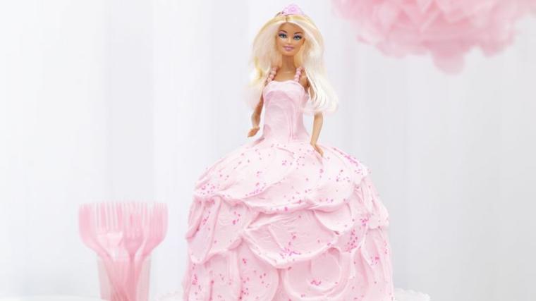 Immagini torte compleanno, idea con una barbie con i capelli biondi, vestito bambola di panna montata di colore rosa