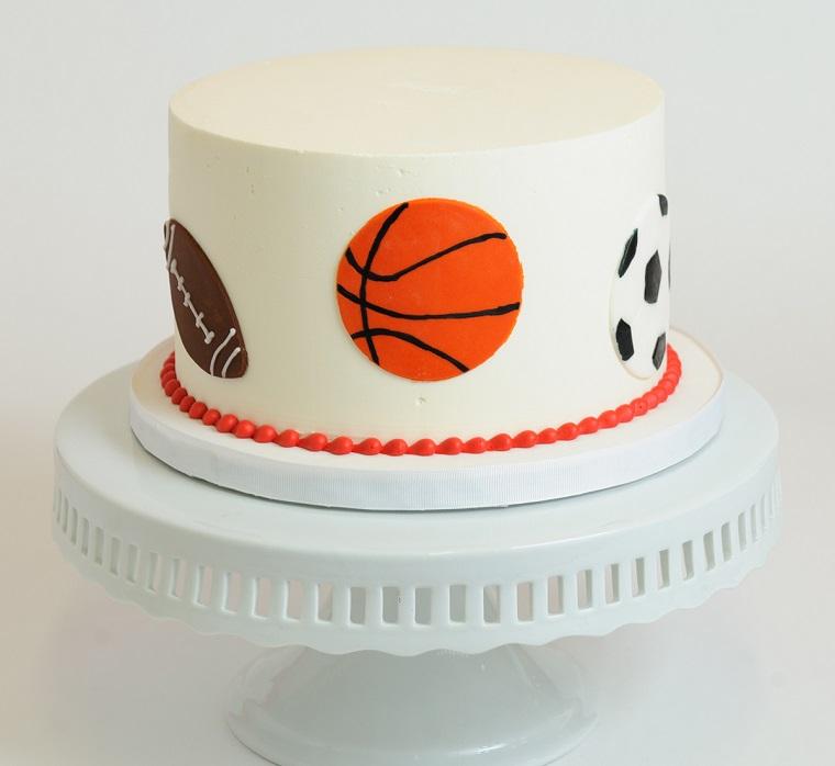 Decorazioni torte, forma rotonda rivestita con pasta di zucchero bianca, decorata con palla da calcio, basket e rugby