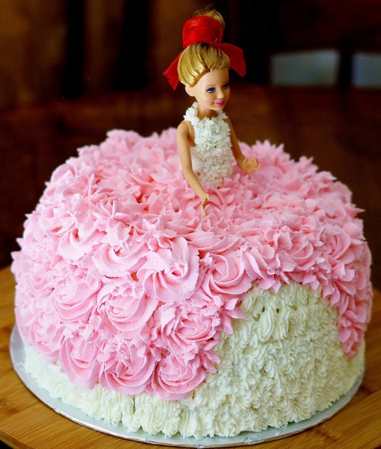 Bambola con un vestito decorato panna montata di colore bianco e rosa, torta particolare da copiare