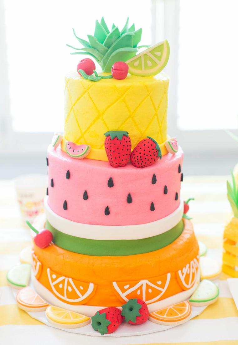 Decorazione torte per bambini con frutta fatta da pasta di zucchero, su tre piani e strati rotondi