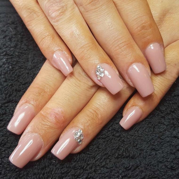 nail art semplice ed elegante, unghie rosa antico lunghe e squadrate con dei brillantini a lato dell'anulare