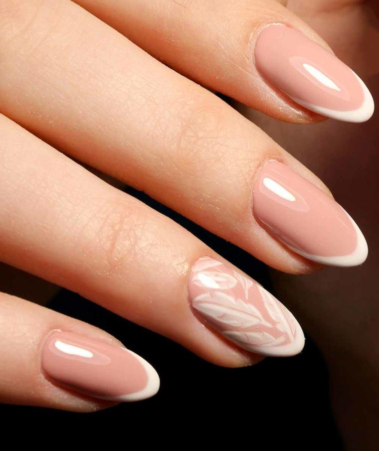 elegante manicure con unghie neutre con top brillante e anulare con delle piume bianche