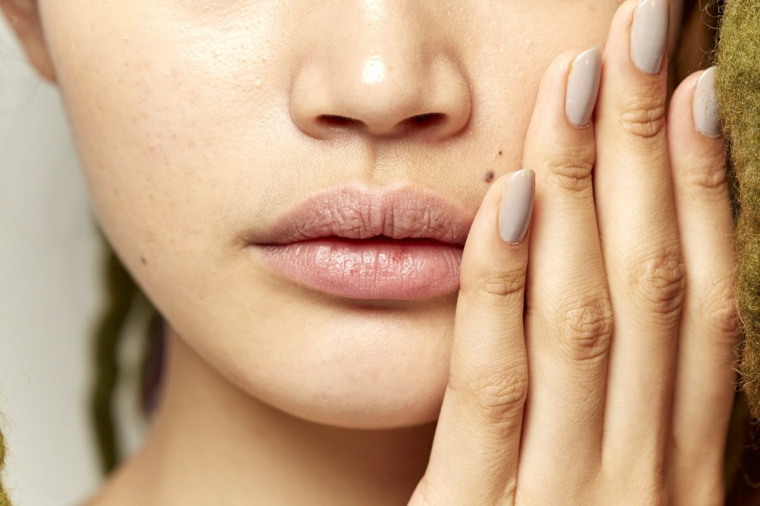 splendide unghie chiare lunghe e dalla forma arrotondata, labbra carnose senza trucco