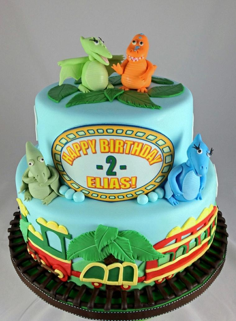 Scritta torta di compleanno bimbo di due anni il nome Elias, decorazione con i personaggi del cartone Il treno dei dinosauri