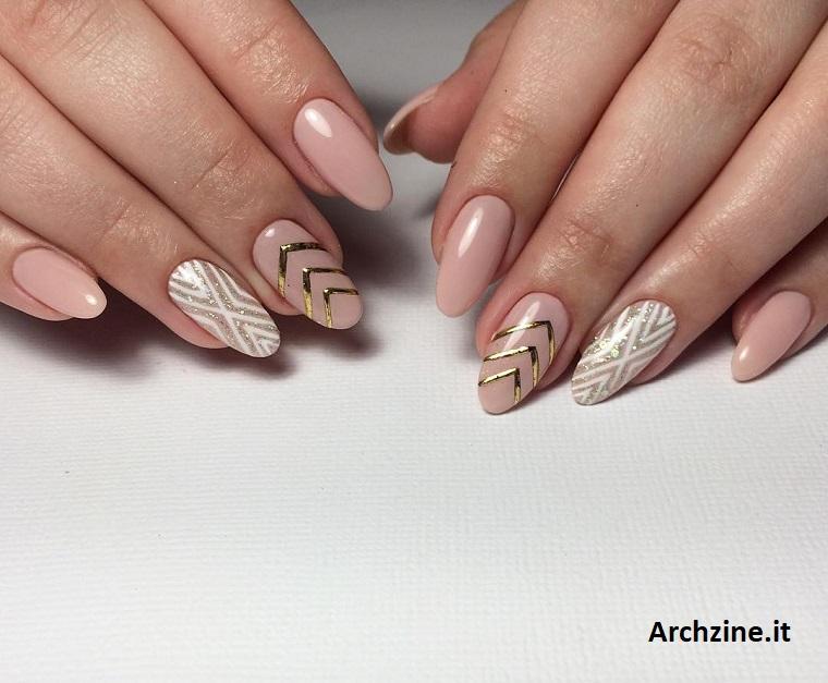 Manicure stiletto con smalto di colore nude, unghie sposa, nail art con motivi geometrici