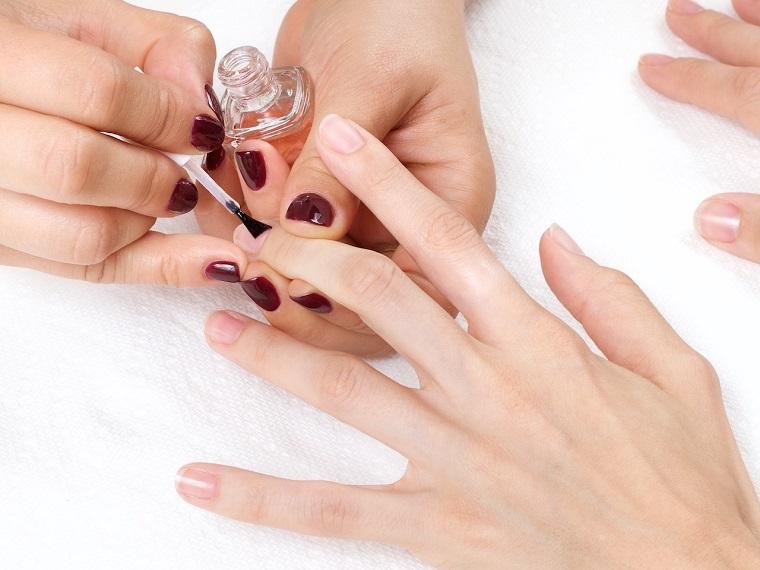 Immagini unghie french decorate, manicure corta a mandorla, tutorial passo uno applicare la base