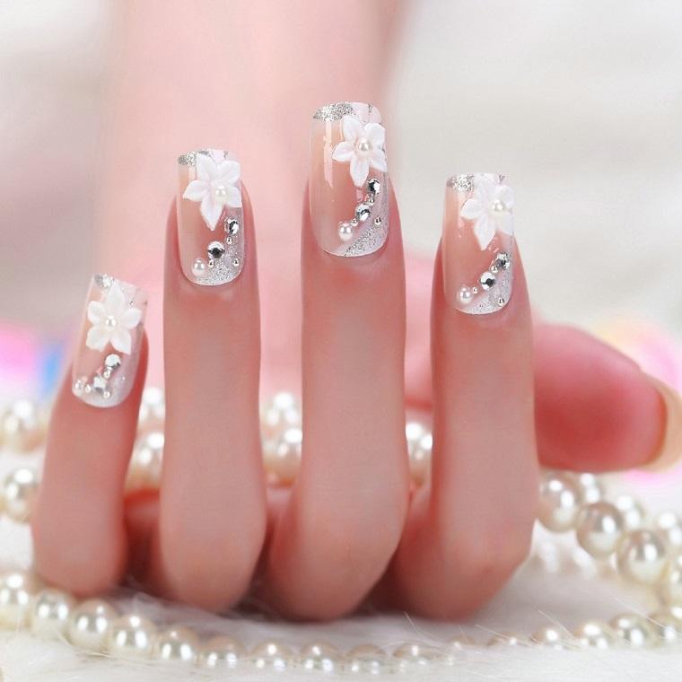 Idea unghie gel bianche, decorazione con fiorellini e brillantini, manicure per matrimonio