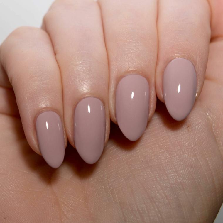 tonalità di tendenza per unghie gel color carne con finitura brillante e forma a mandorla