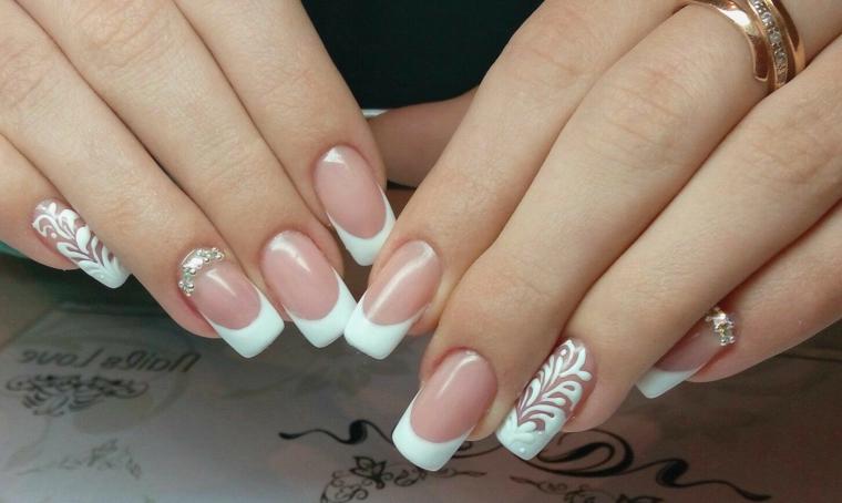 Manicure sposa, french di colore bianco, accent nail con brillantini e disegni motivi floreali