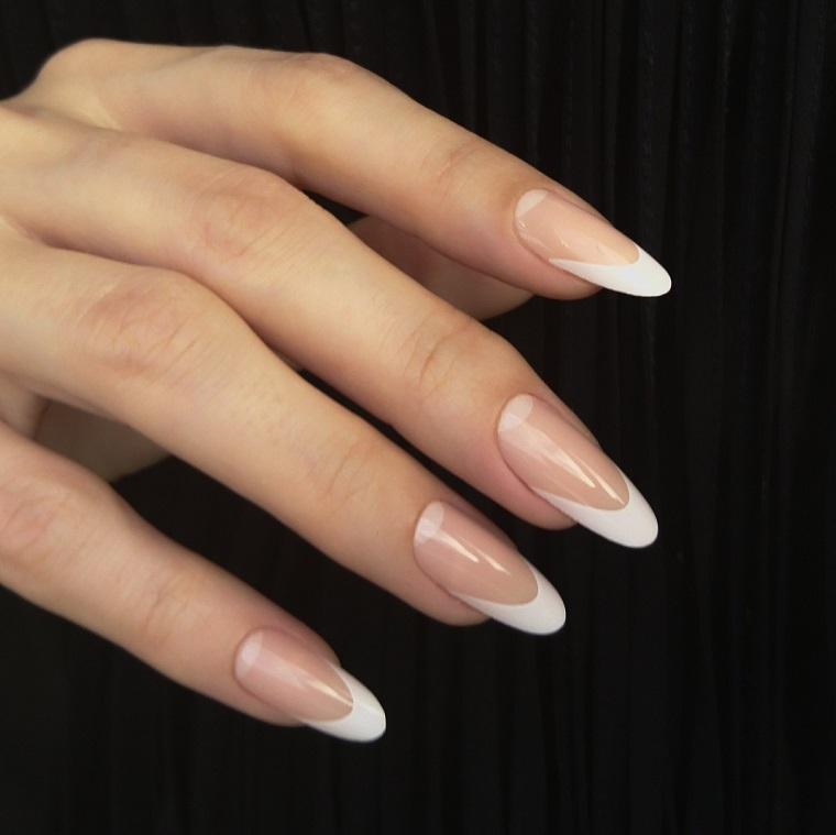 Unghie semplici ed eleganti, stiletto lungo con una manicure alla francese di colore bianco