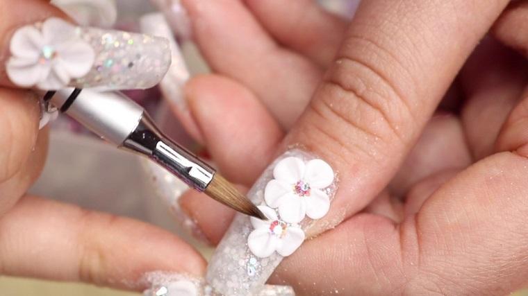 Decorazioni e nail art, unghie bellissime con fiorellini tridimensionali lavorati con pennello