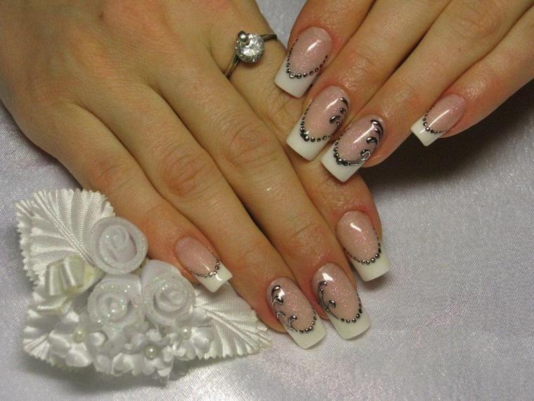 Ricostruzione unghie bianche, manicure forma quadrata con smalto trasparente glitter
