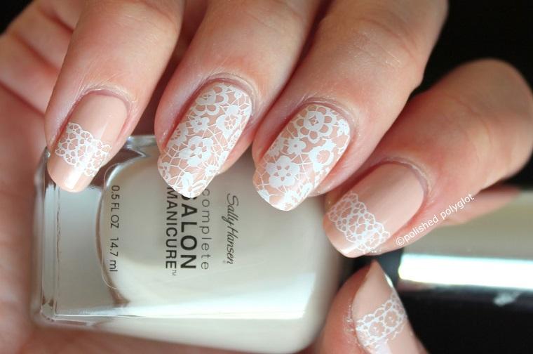 Idea per delle unghie da matrimonio, unghie belle, decorazioni effetto pizzo di colore bianco e motivi floreali