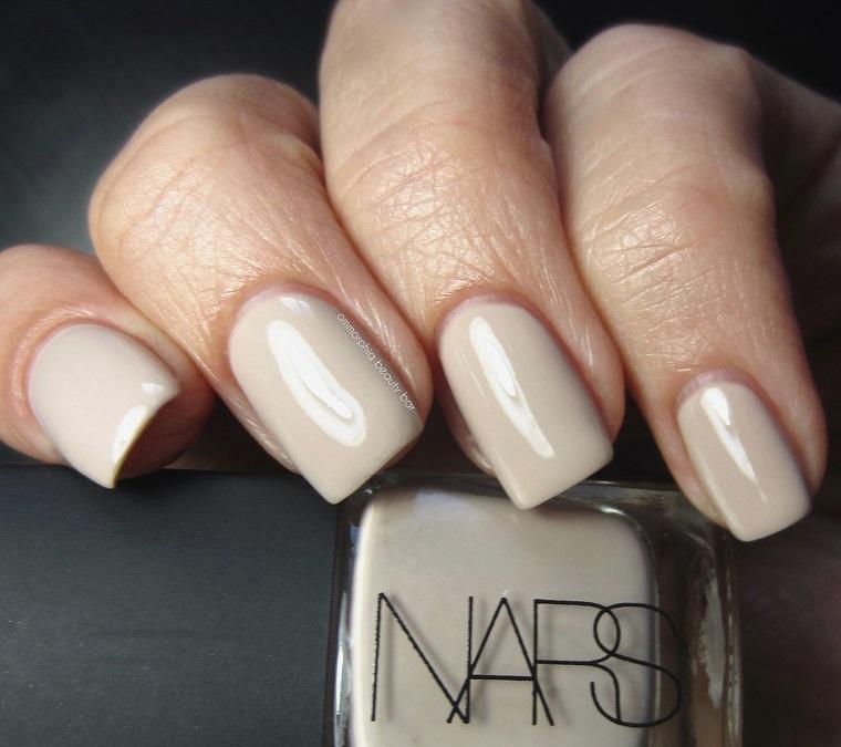 Smalto della Nars di colore nude, unghie sposa, idea semplice per mani donna eleganti