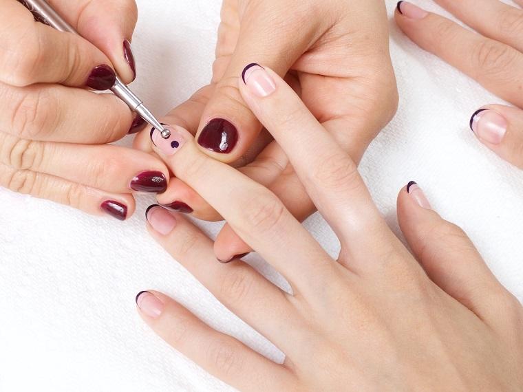 Decorare con puntini di colore viola, manicure sposa, unghie corte a mandorla
