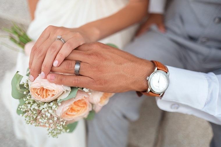 Mani uomo e donna, unghie gel bianche, manicure corta a mandorla, fedi di oro bianco con diamante