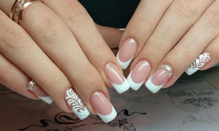Idea per unghie belle, french manicure con disegni e decorazioni con brillantini