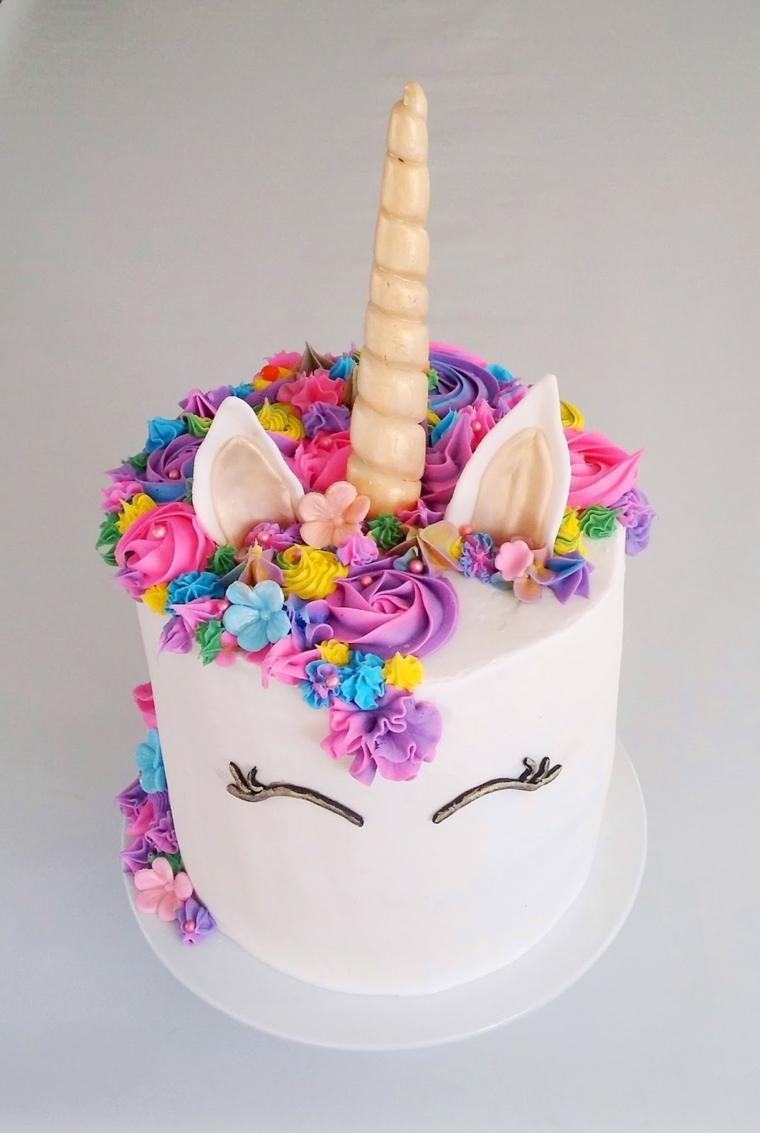 Cake design unicorno, decorazioni torte con crema pasticcera colorata e occhi di cioccolato