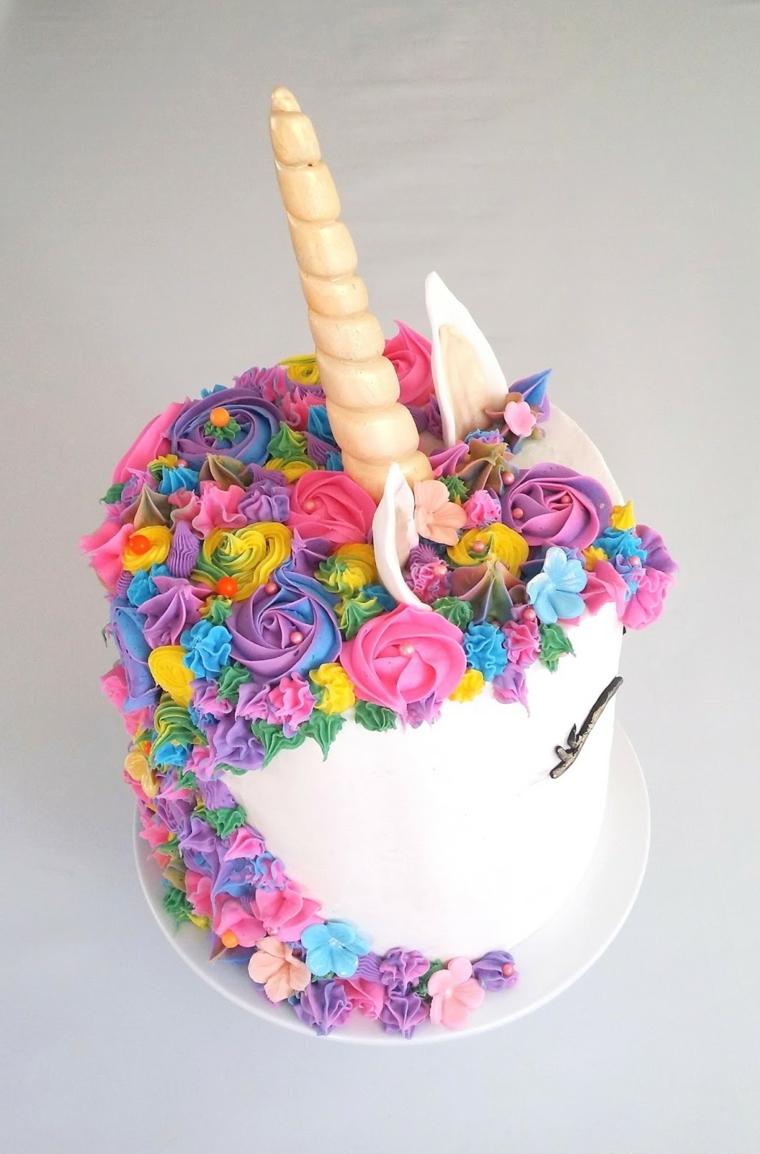 Torte di compleanno particolari, forma rotonda con unicorno e decorazioni crema pasticcera