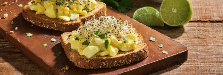 panino integrale con uova, germogli di soia, tofu, coriandolo e lime, tofu ricette giallo zafferano