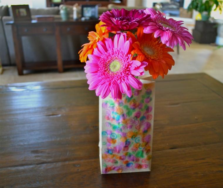 idea per lavoretti per la festa della mamma, un vaso decorato con dei fiori rosa e arancioni