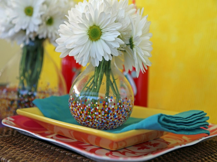 idea per dei lavoretti mamma, un vaso decorato con la pittura con dei fiori bianchi