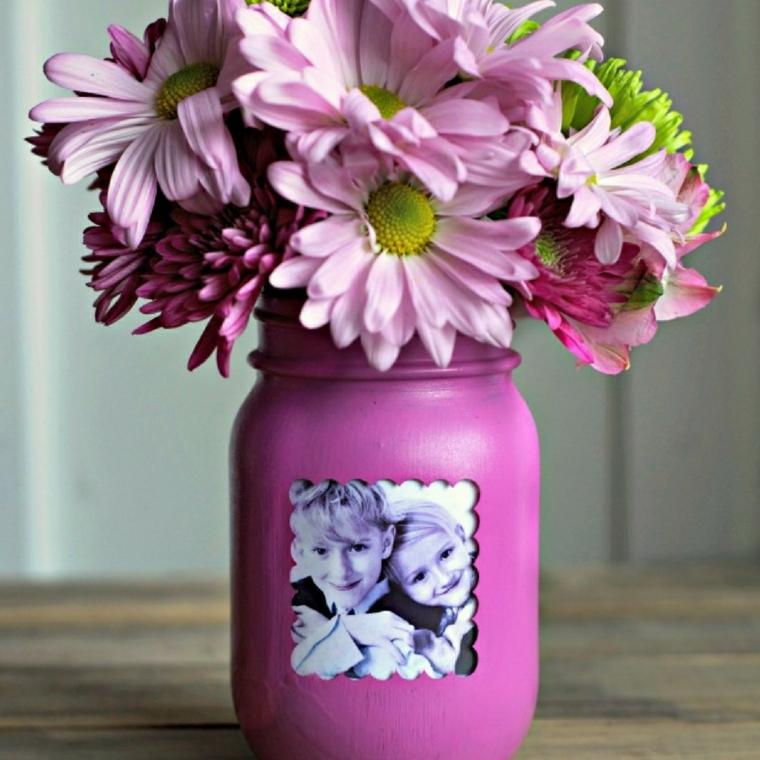 idea per lavoretti per la festa della mamma, un vaso viola con la foto dei bimbi