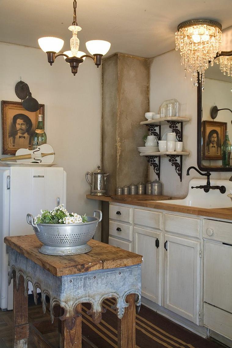 mobili bianchi con top in legno, frigorifero, mensole e lampadari retro: idee shabby per la cucina