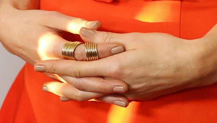 proposta di nail art naturale in linea con le nuove tendenze del 2018, anelli dorati e abito arancio