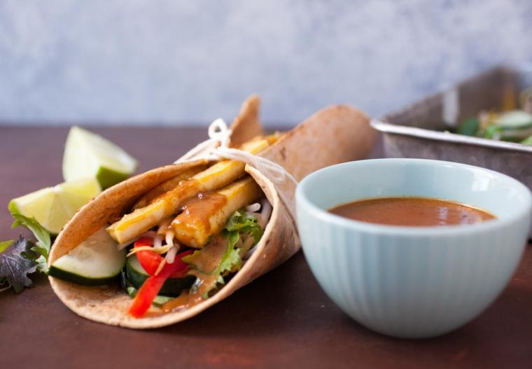 esempio di ricette veloci vegetariane, un wrap a base di tofu e verdure croccanti