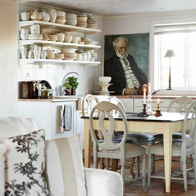 mensole con piatti e ciotole, un quadro ad olio raffigurante un uomo anziano, tavolo da pranzo: idea per una cucina shabby