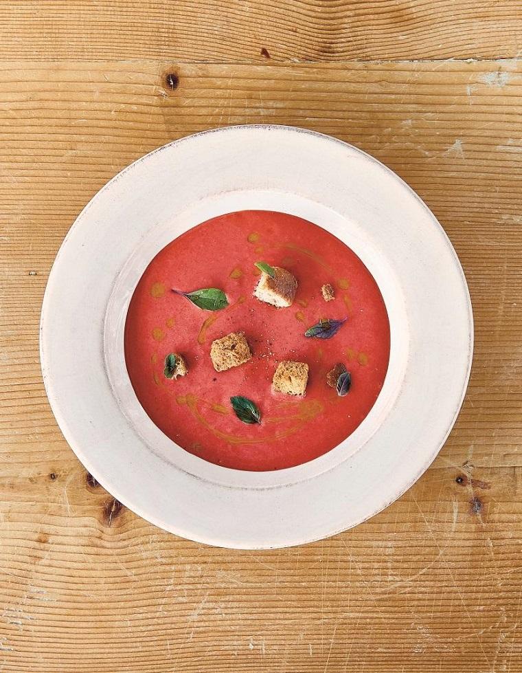 Ricette sfiziose per gaspacho con passata di pomodori e pezzettini di pane croccante