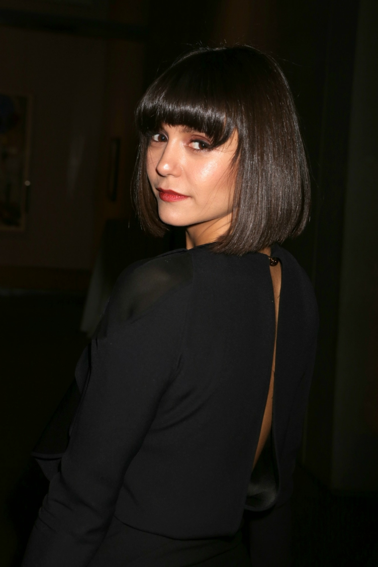 Acconciatura capelli a caschetto liscio con frangia di colore nero per l'attrice Nina Dobrev