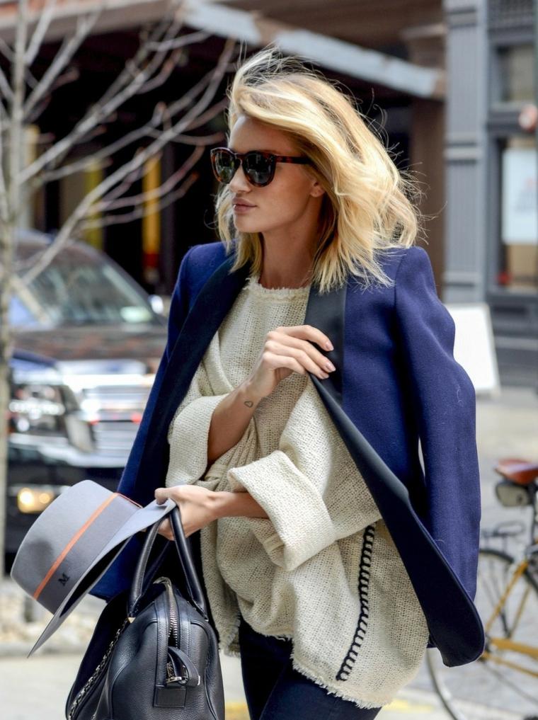 acconciatura bionda tipi di capelli donna medio pettinatura mossa borsa occhiali da sole