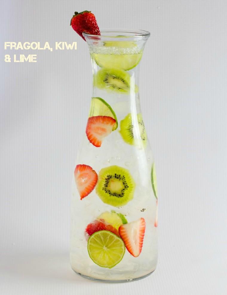 Bevanda sgonfia pancia a base di fragola, kiwi e lime, servita in una caraffa di vetro