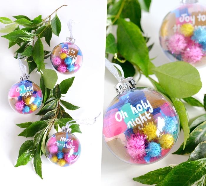Tavole natalizie, palline trasparenti, segnaposti con rametti e foglie