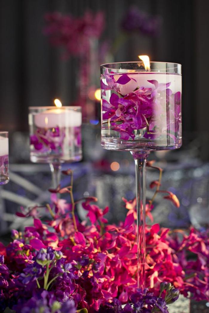 Decorazioni tavola con portacandele di vetro e gel, fiori di colore viola e rosa