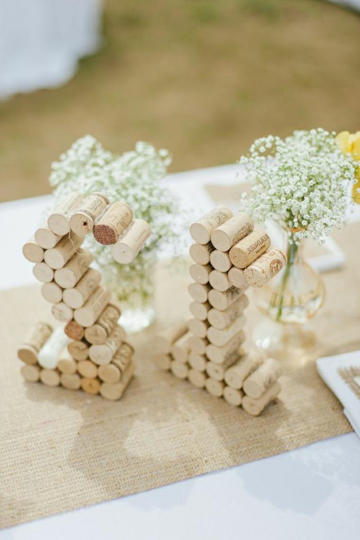 Tavola apparecchiata, decorazioni con tappi di sughero incollati a forma di numeri