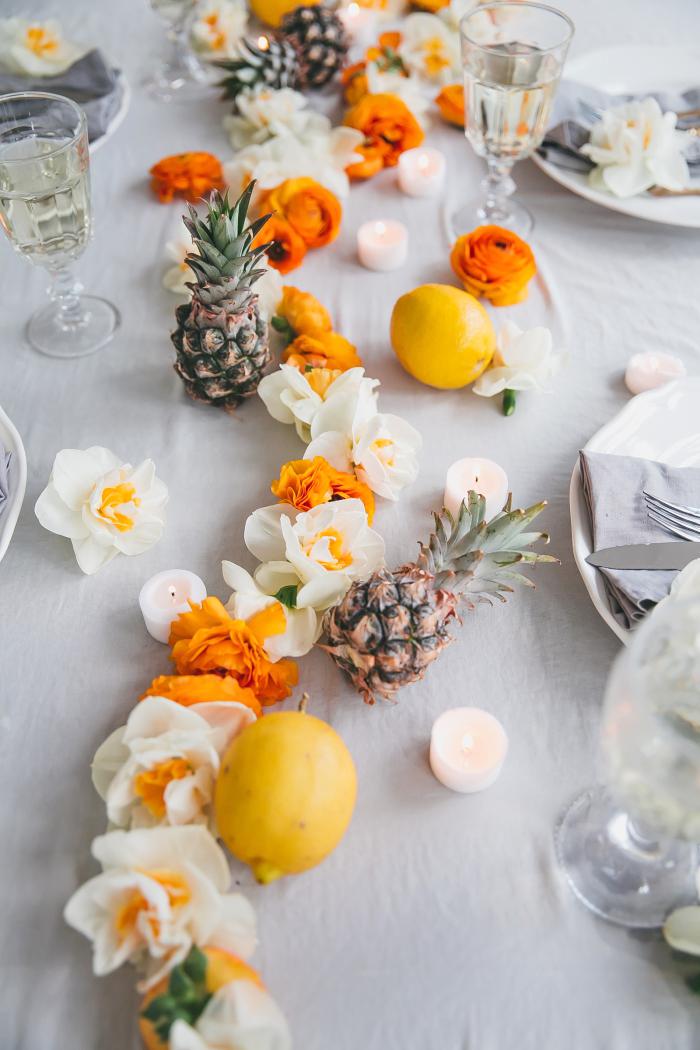 Allestimento tavoli matrimonio, centrotavola con fiori, ghirlanda di fiori, limoni su un tavolo