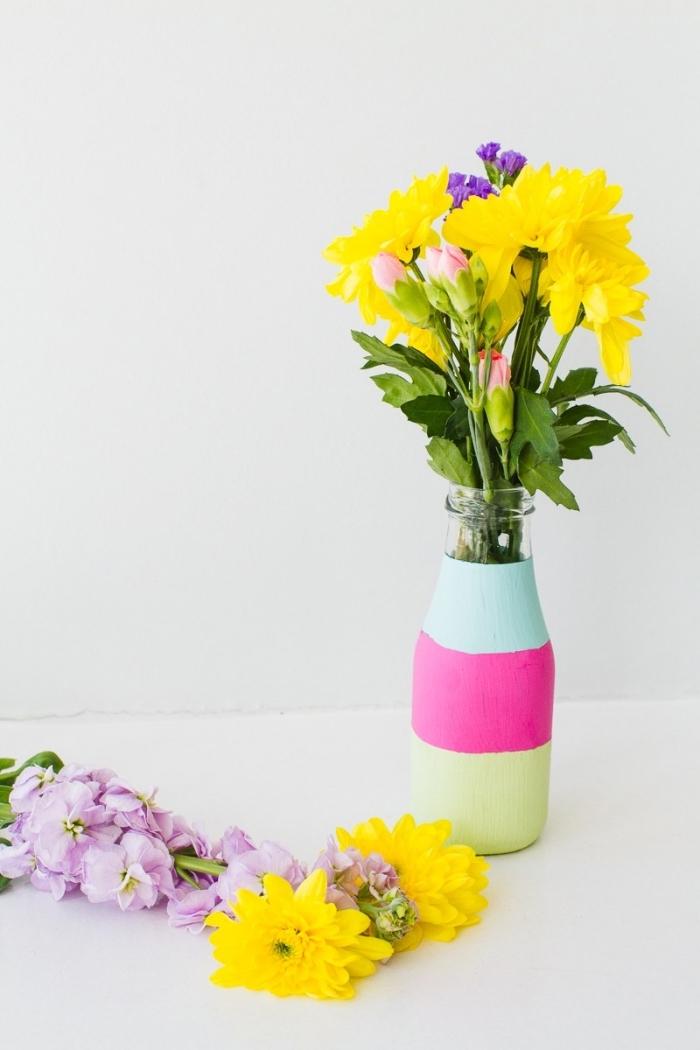 Decorazioni tavola, vaso di fiori, fiori gialli, bottiglia colorata